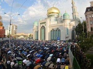 Moskova'da 95 bin kişi bayram namazı kıldı