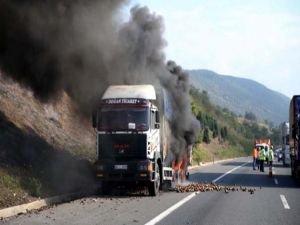 TEM'de kamyon alev aldı! Trafik felç oldu