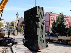 Polonya'da Kızıl Ordu anıtı yerinden söküldü