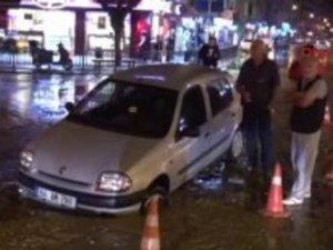 Aşırı yağıştan dolayı çöken yola otombil düştü