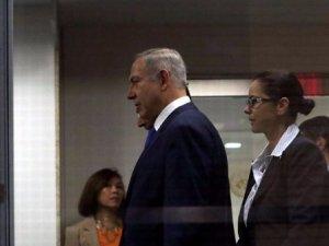 Korkak Netanyahu bakın tuvalete nasıl gitti