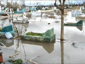Diyarbakır'da mezarlık sular altında kaldı