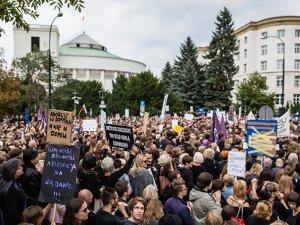 Polonya'da kadınlardan 'kürtaj yasağı' protestosu