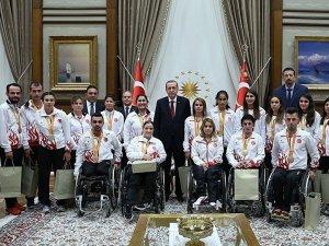 Eroğan, madalya kazanan sporcuları Külliye'de kabul etti