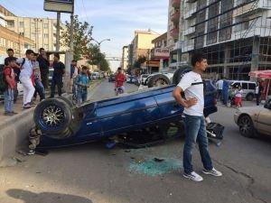 Otomobil refüje çarparak takla attı