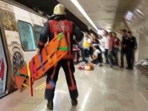 Kadın bir anda metro raylarına düştü