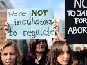 Polonya, kürtaj yasaklanmasını öngören yasa tasarısını reddetti