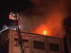 5 katlı binanın çatı katında yangın çıktı