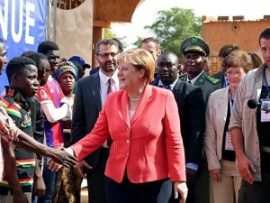 Merkel sığınmacılara, Evinizde kalın