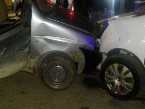 Van'da araçlar kafa kafaya çarpıştı!