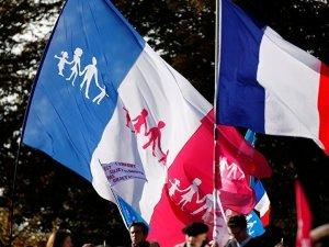 Paris'te eşcinsellere evlilik hakkı tanıyan yasa protesto edildi
