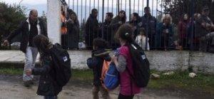 Mülteci çocuklar, Yunanlılar tarafından protesto edildi