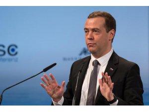 Medvedev: Yeni bir savaşın içindeyiz