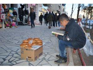 Simitçi çocuğun kitap okuma aşkı
