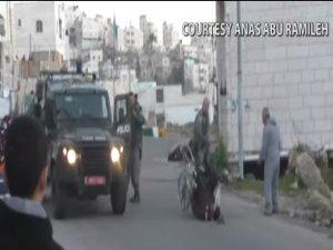 İsrail polisi fiziksel engelli bir Filistinliyi darp etti