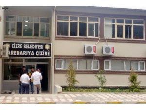 Polisler Cizre Belediyesi'nin asfaltını söktü!