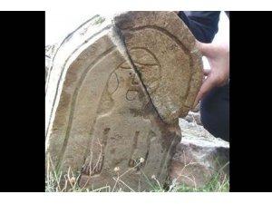 Defineciler tarihi mezar taşı dinlemiyor!