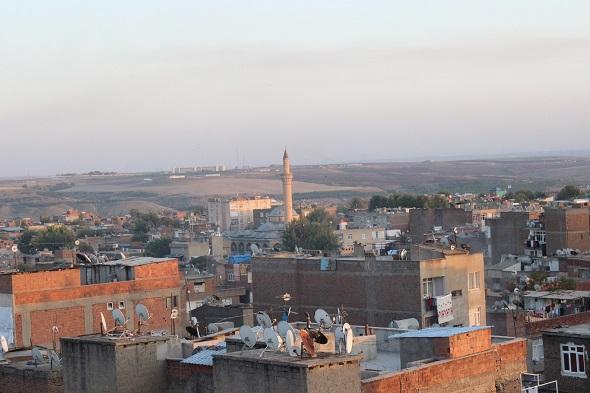 Çatışmalarda hedef olan caminin minaresi yıkıldı