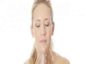 Yüzü soğuk suyla yıkayın