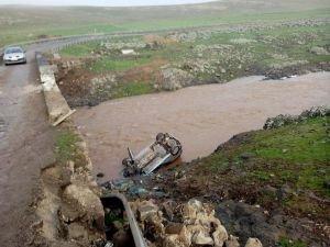 Çınar'da otomobil dereye uçtu: 2 yaralı