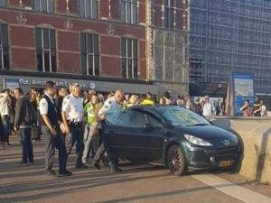 Amsterdam'da araç yayaları ezdi!