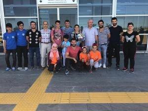 Milli Masa Tenisçileri'ne Havaalanında Karşılama