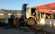 Direksiyon hâkimiyetini kaybeden kamyon sürücüsü markete daldı