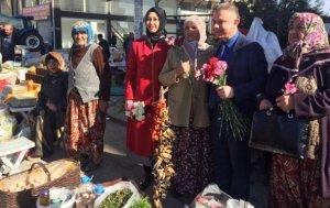 Kazan Belediye Başkanı kadınlara karanfil dağıttı