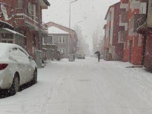 Ağrı'da etkili kar yağışı şehri beyaza bürüdü