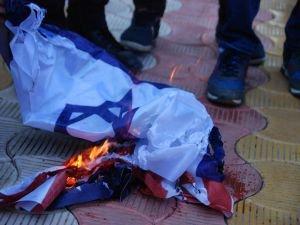 DÜ öğrencileri ABD ve Siyonistlerin bez parçalarını yaktı