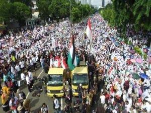 Endonezya'da on binler Kudüs için meydanlarda