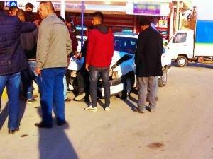 Kontrolden çıkan otomobil kaldırıma çarptı