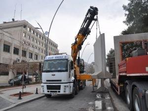 Batman Belediyesi hizmet binası önündeki beton bloklar kaldırıldı