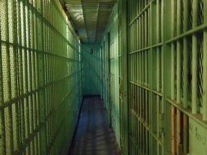 Duruşmaya sevk edilen 'terör' tutuklu ve hükümlüleri tek tip kıyafet giyecek