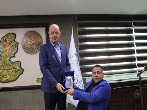 Engelliler Derneğinden Başkan Vekili Aksoy'a Teşekkür Plaketi