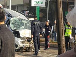Işıklarda bekleyen otomobile arkadan gelen araç çarptı!