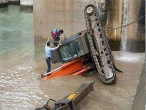 İş makinesi baraja düştü