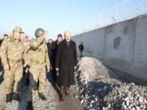 İçişleri Bakanı Soylu sınırda yapımı süren güvenlik duvarını yerinde inceledi