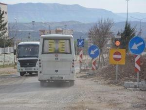 Trafiğe açılmayan yol kazalara neden oluyor