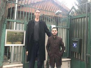 Dünyanın en uzun adamı Sultan Mısır'a gitti