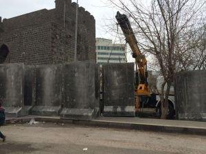 Sur beton bloklarla çevriliyor!