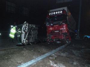 TIR minibüse çarptı: Bir yaralı