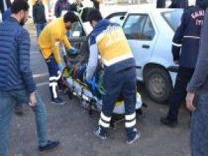 Otomobil kırmızı ışıkta duran araca çarptı: Biri ağır 4 yaralı