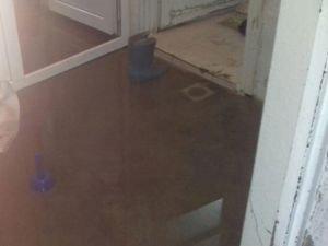 Nusaybin'de bir evi kanalizasyon suyu bastı