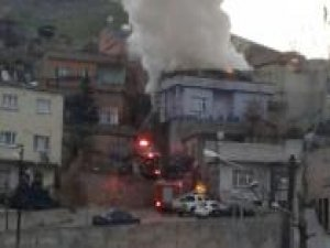 İki katlı binada çıkan yangın mahalleliyi korkuttu