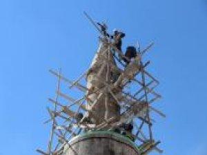 Minarede mahsur kalan atmaca kurtarıldı