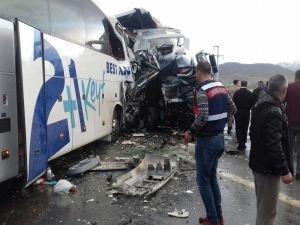 TIR ile yolcu otobüsü çarpıştı