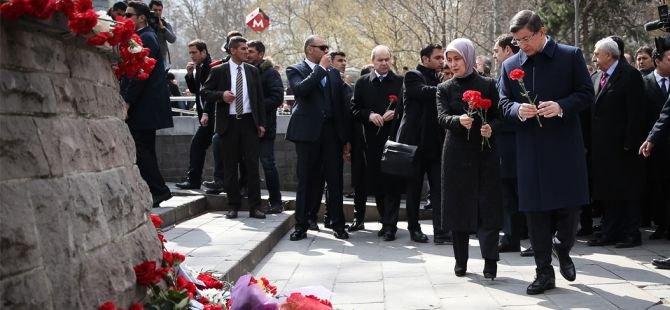 Davutoğlu, bombalı saldırının yaşandığı alana karanfil bıraktı