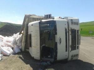 Un taşıyan kamyon devrildi