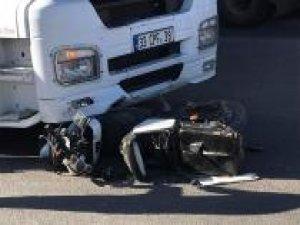 TIR ile motosiklet çarpıştı: 2 yaralı